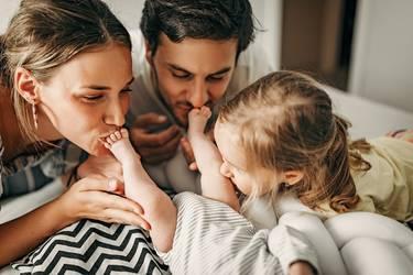 Glückliche Eltern betrachten ihr Baby mit italienischem Mädchennamen