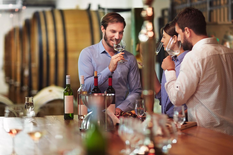Freunde probieren zusammen Weinproben