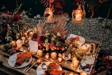 Hochzeitsdeko Trends 2021: Outdoor-Tiny Wedding mit zum Tisch umfunktionierter Palette geschmückt im Boho-Stil