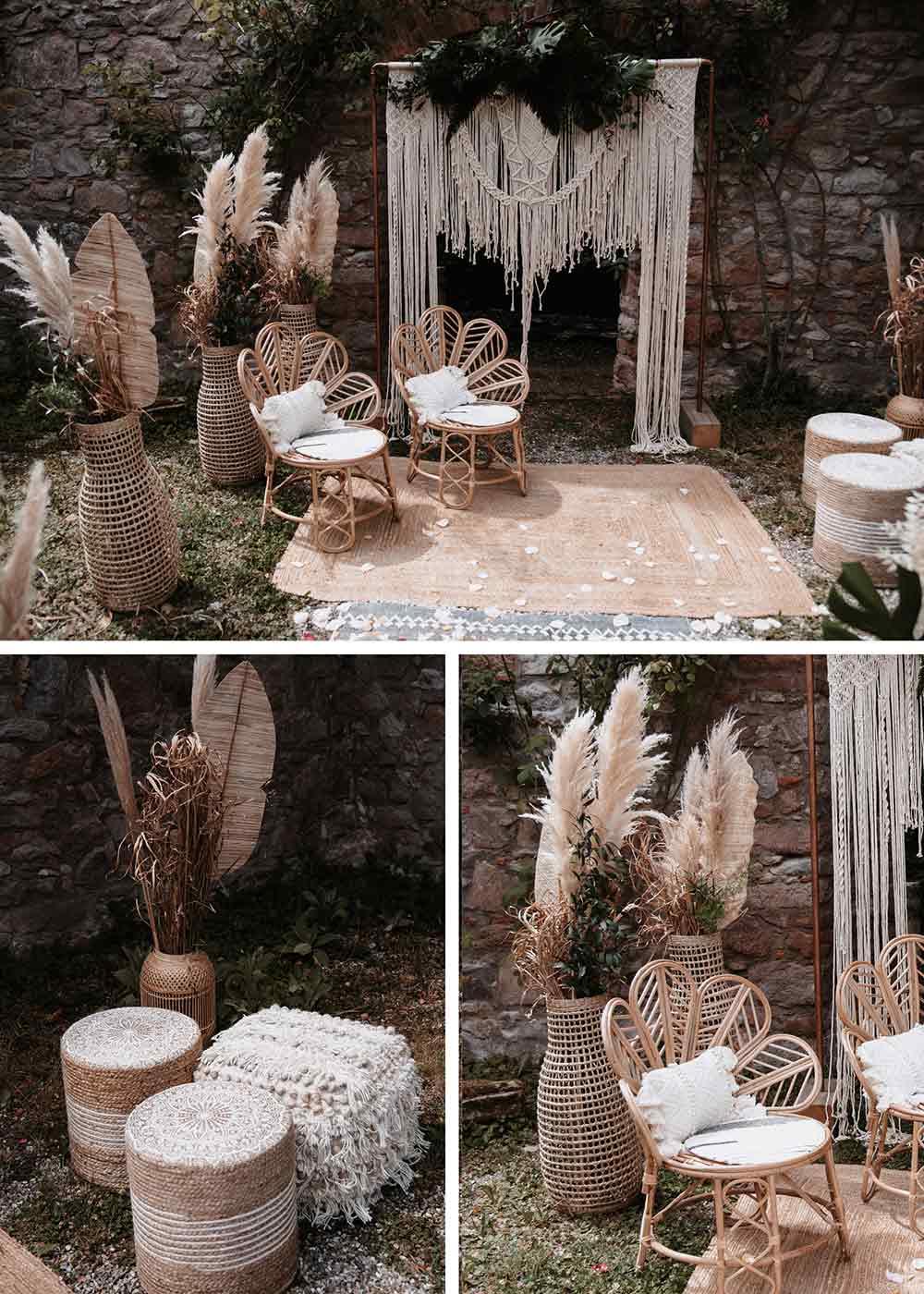 Die Boho Elemente ziehen sich durch die gesamte Dekoration der Hochzeit. Geflochtene Stühle für die Trauung, Pampasgras in hohen Vasen, ein Traubogen mit Makramee verziert und ein geflochtener Teppich geben ein harmonisches Gesamtbild.
