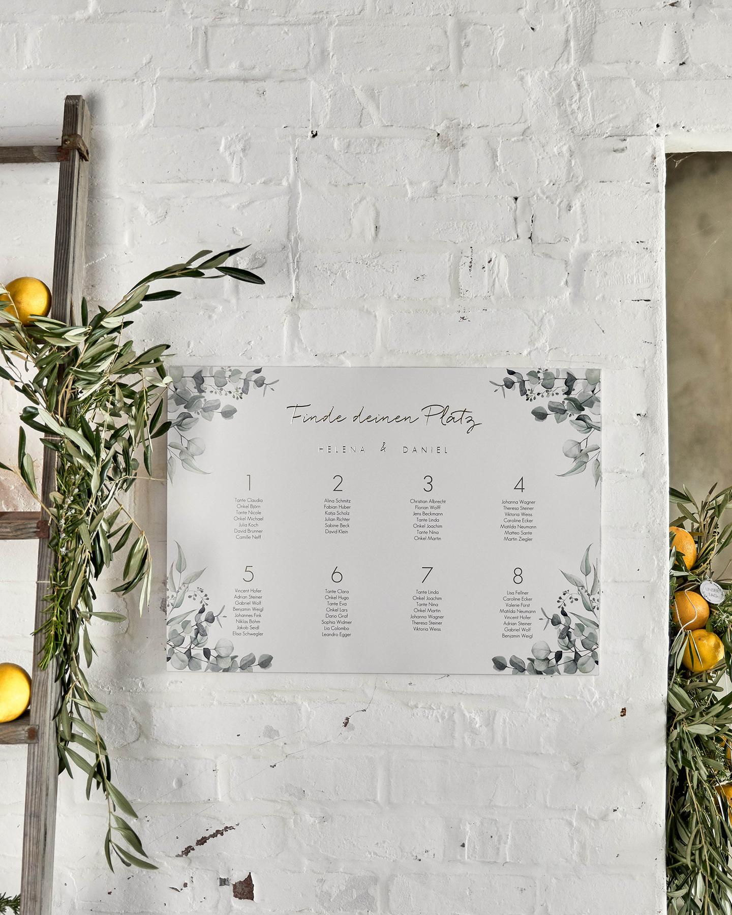 Großer Sitzplan am Eingang der Hochzeitslocation weist den Gästen ihre Plätze zu.