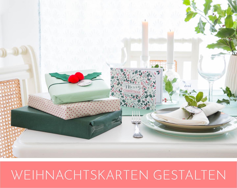Zauberhaft in Mintgrün: Weihnachtstischdekoration mit grünen Zweigen.