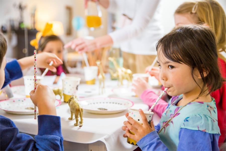 Kinder am Kindertisch auf der Hochzeit