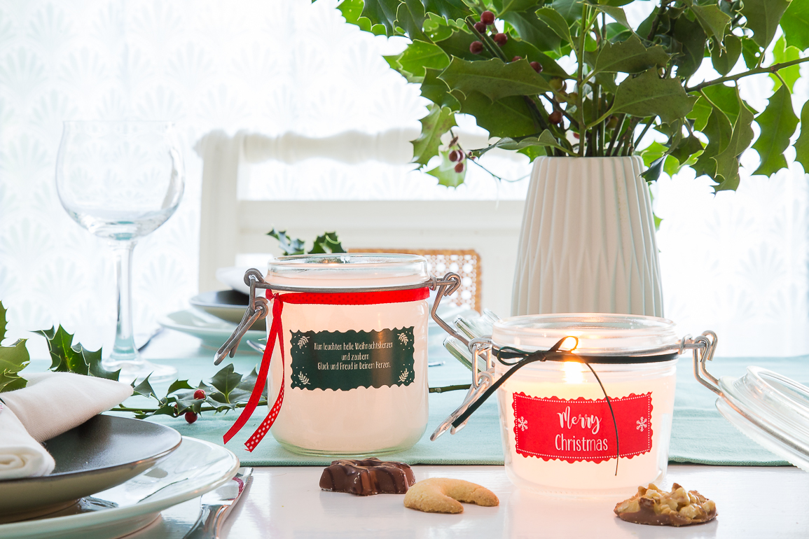 Selbstgemachte Kerzen als Weihnachtstischdeko sind ein toller Hingucker auf der Weihnachtstafel.