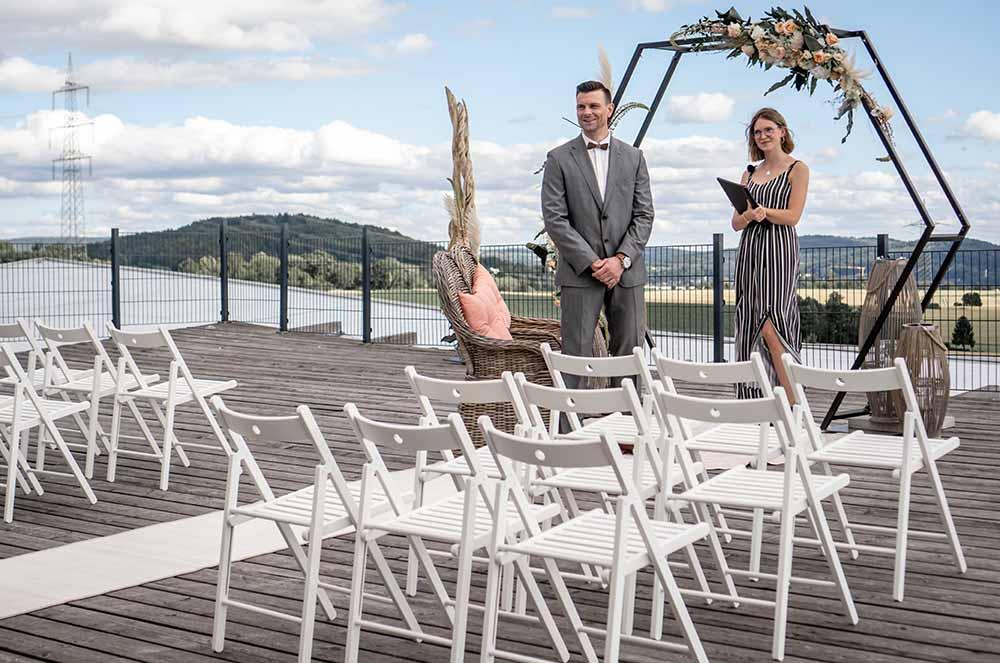 Bräutigam und freie Traurednerin warten auf die Braut.