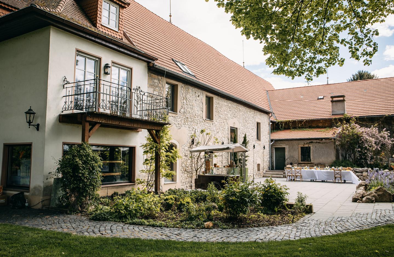 Im Hintergrund steht das Weingut, vorne ist die Hochzeitstafel zum Heiraten auf dem Weingut aufgebaut.