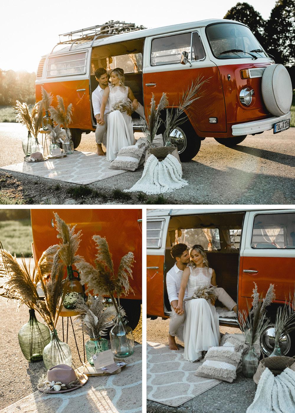 Die Deko um den Bulli herum besteht aus wunderschönen Vasen geschmückt mit Pampasgras und anderen Trockenpflanzen. Ein heller Teppich mit Ornamenten schmückt den Boden vor dem Bulli. Das Brautpaar posiert sitzend im Innenraum, durch die Sonne angeleuchtet