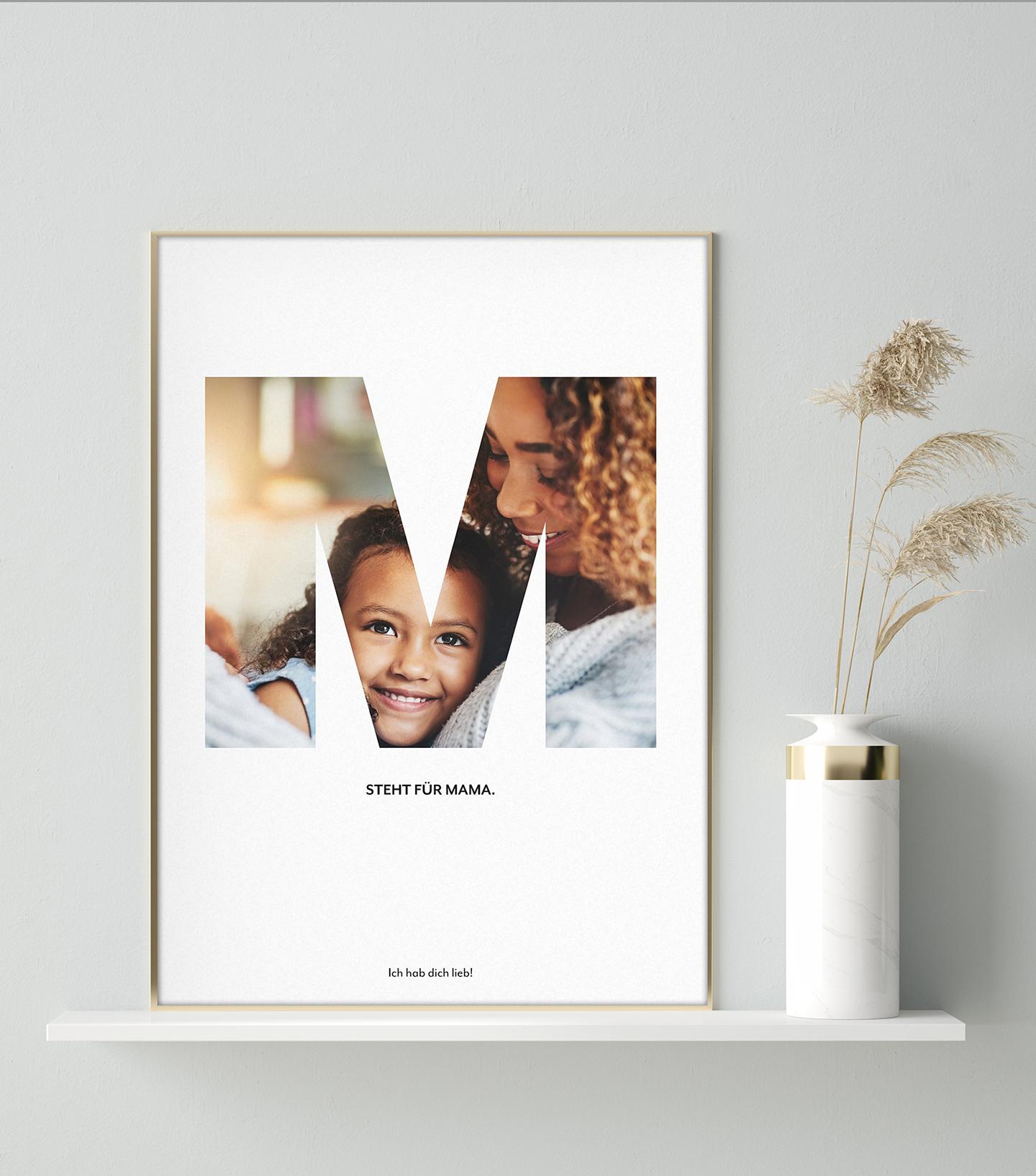 Gerahmte Poster steht auf weißem Regal als Geschenkidee zum Muttertag.