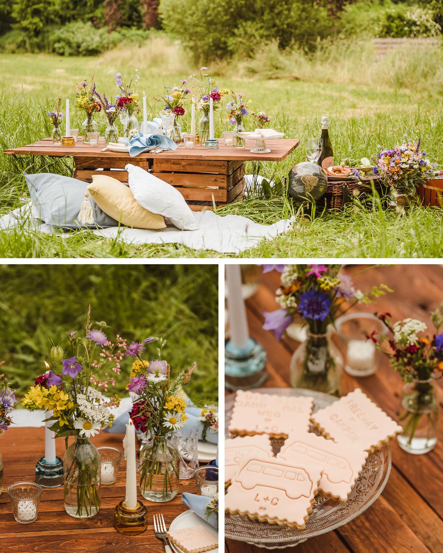 Kleine Holztisch ist auf Wieso zum Picknicken gedeckt und mit bunten Blumen zur Camper Hochzeit dekoriert.