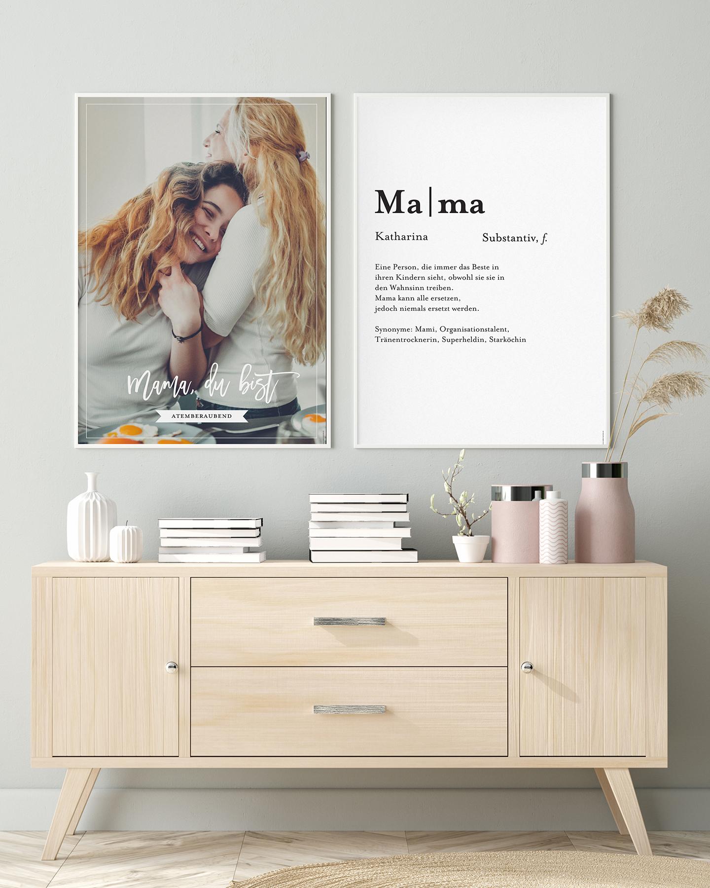 Geschenkidee zum Muttertag: Bild von sich umarmender Mama & Tochter hängen im Bilderrahmen über einer Holzkommode.
