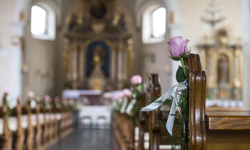 Hochzeitsdeko Fur Die Kirche Tipps Fur Blumen Kerzen Und Altarschmuck