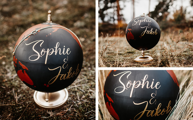 Besonderes Detail: ein Globus mit den Namen des Brautpaares in goldener Schrift.