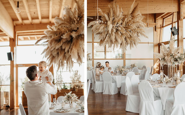 Der Bräutigam spaßt mit seinem kleinen Sohn herum und hält ihn in die Luft. Die Location ist von innen hell und lichtdurchflutet, die Familie sitzt auf dem zweiten Bild der Collage am hergerichteten Tisch der Pampasgras Hochzeit.