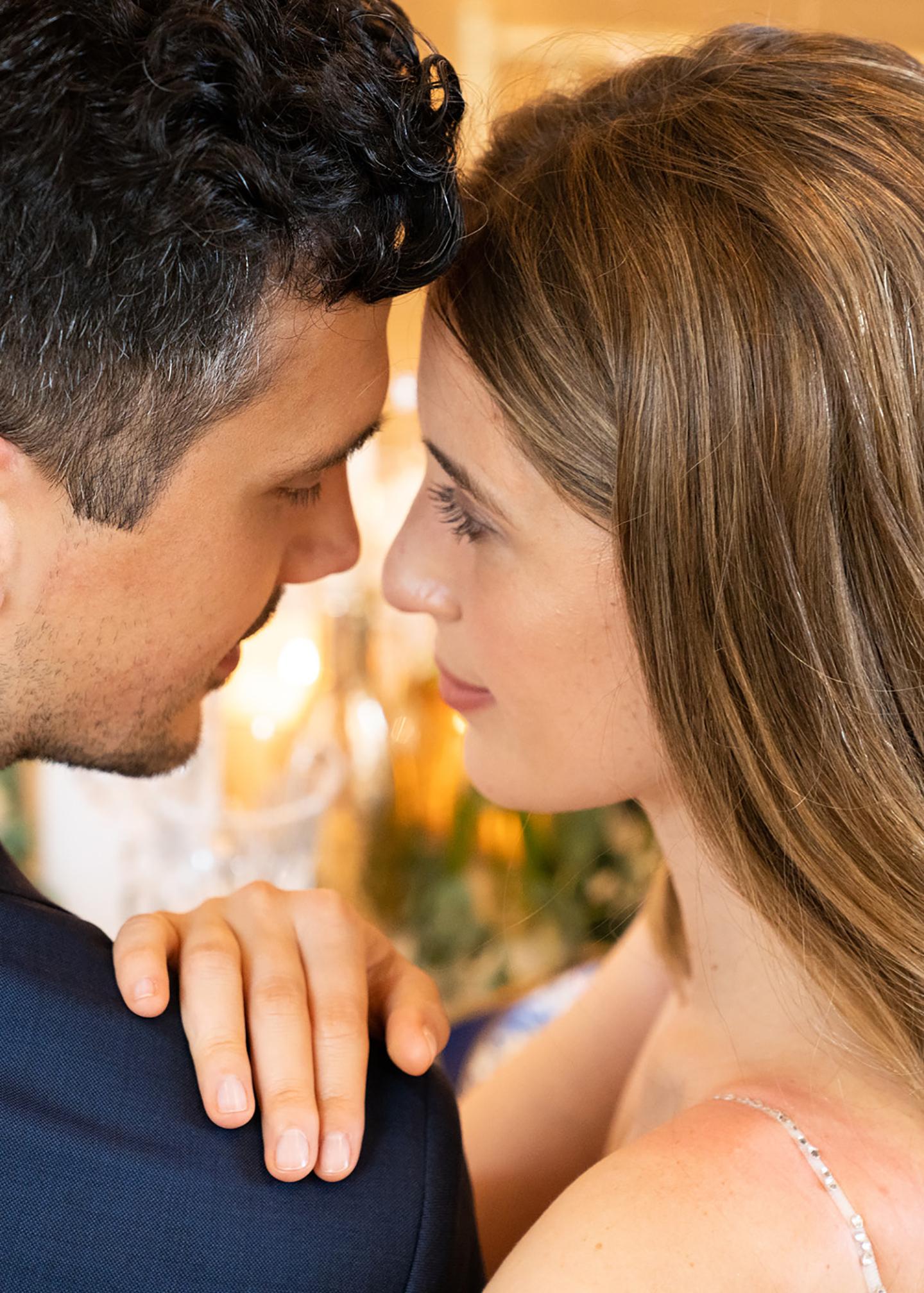 Das Hochzeitspaar bestehend aus Braut und Bräutigam schauen sich verliebt in die Augen.