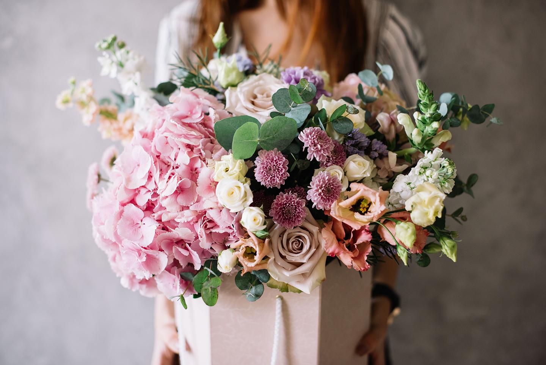 Frau hält wunderschönen üppigen Blumenstrauß