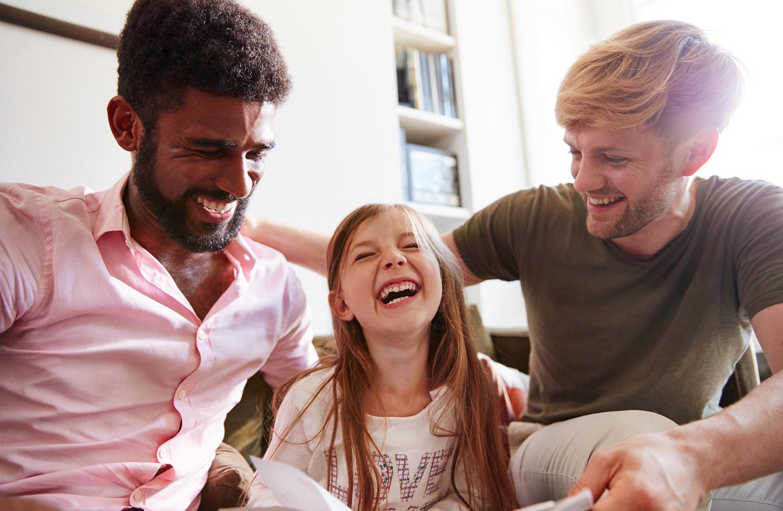 Familie liest ihrem Kind aus nachhaltigen Second Hand Buch vor.