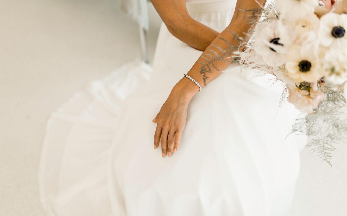 Brautstrauß und Brautkleid farblich in Creme Weiß abgestimmt