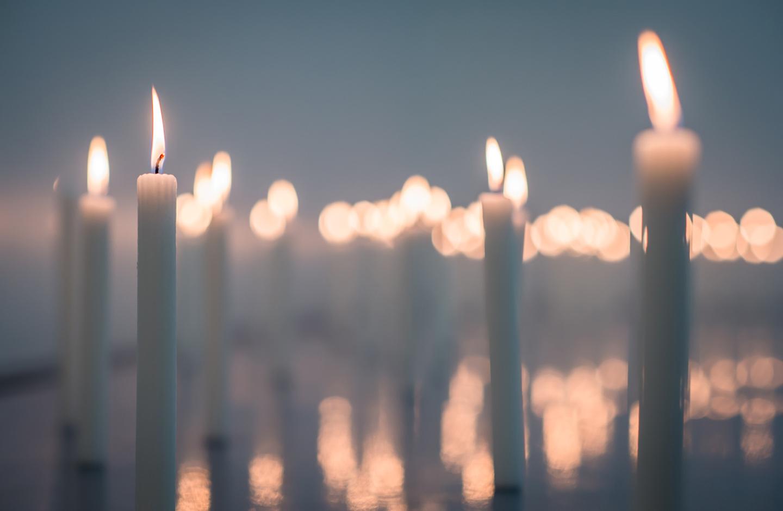 Kerzen leuchten beim Trauergottesdienst.