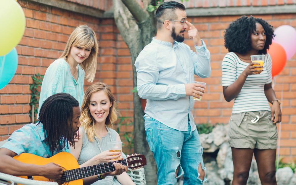 Freunde hören auf einer Grillparty Musik