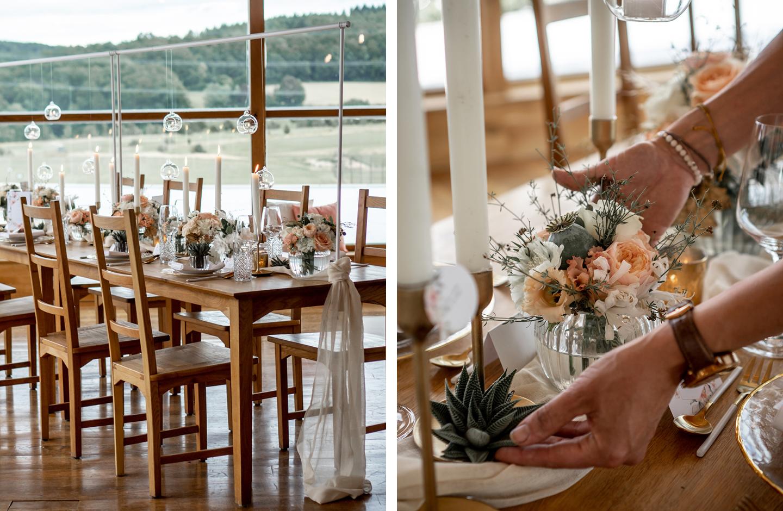 Holztisch ist als Hochzeitstafel mit Blumen in Weiß und Peach dekoriert.