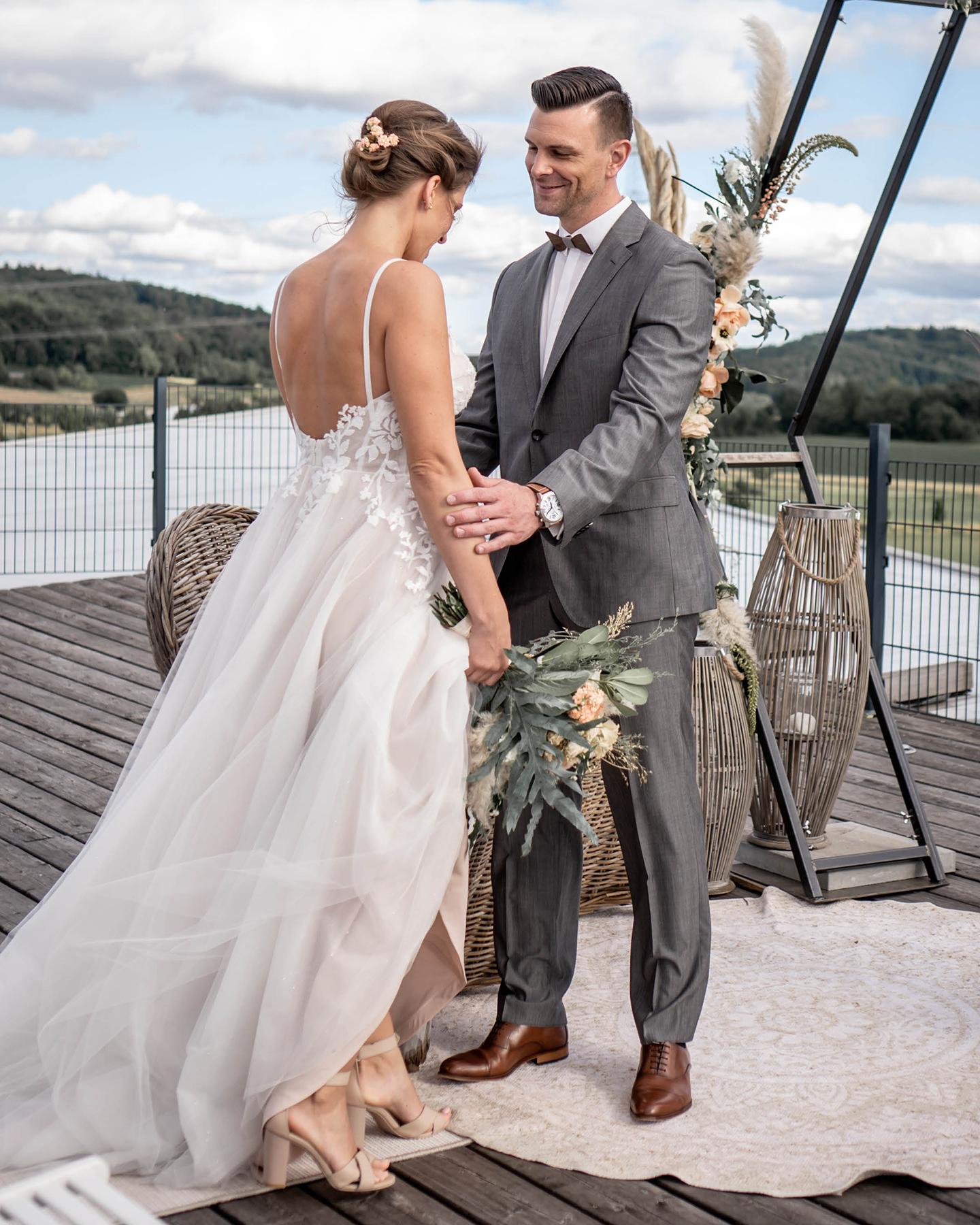 Braut und Bräutigam lassen sich im Freien trauen.