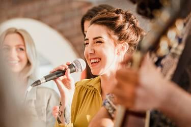 Hochzeitssängerin singt auf einer Hochzeit.