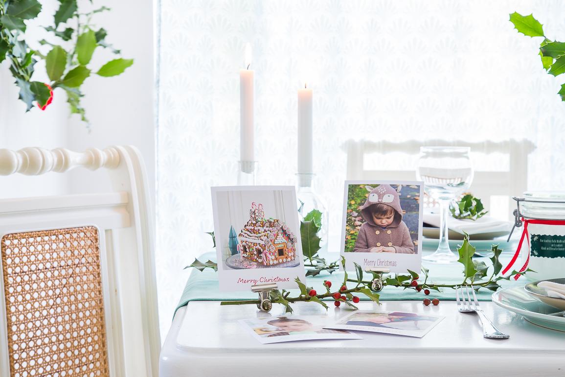 Tischdekoration zu Weihnachten selbst gemacht: mit Retro-Bildern und weihnachtlichen Fotos.
