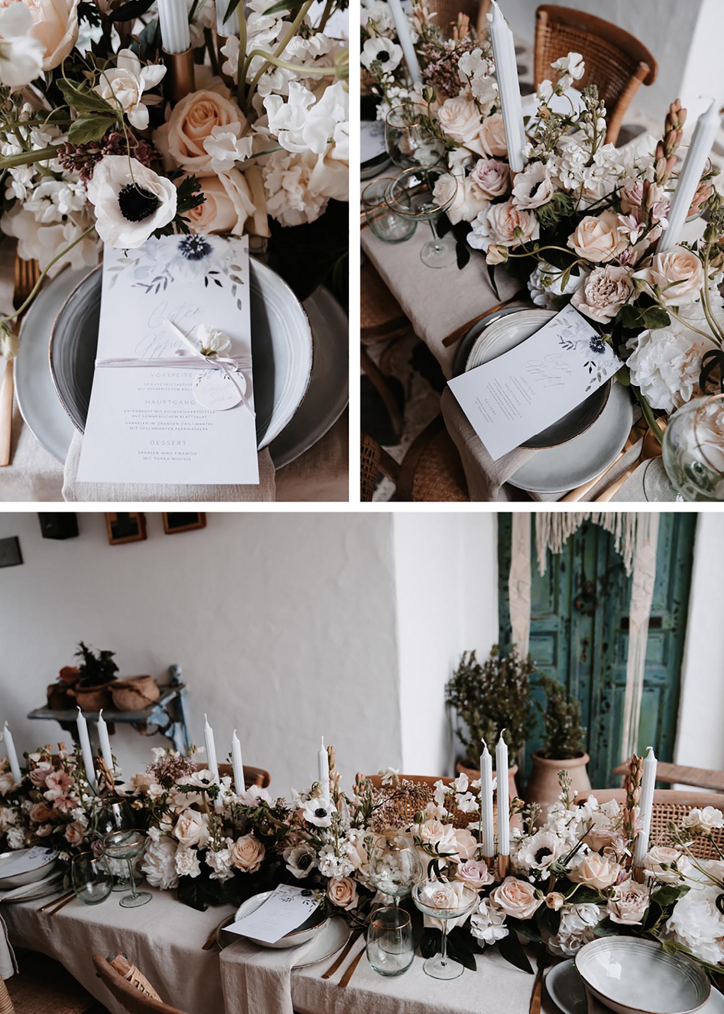 Die Hochzeitspapeterie wurde auf den Tellern der Gäste platziert. Ein eigenes Menü ist auf jedem Platz zu finden. Die geschmückten Blumen runden das Bild ab.