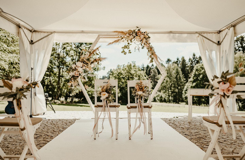 Hochzeitsdeko-Trend 2021: Traubogen geschmückt mit Blumen und Pampasgras