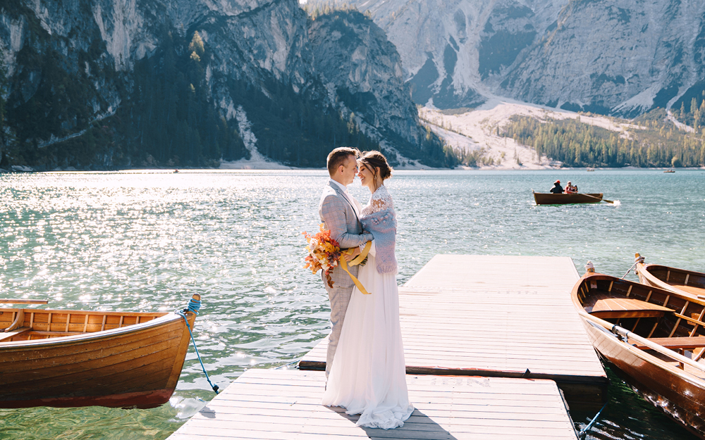 Brautpaar am See vor Bergpanorama