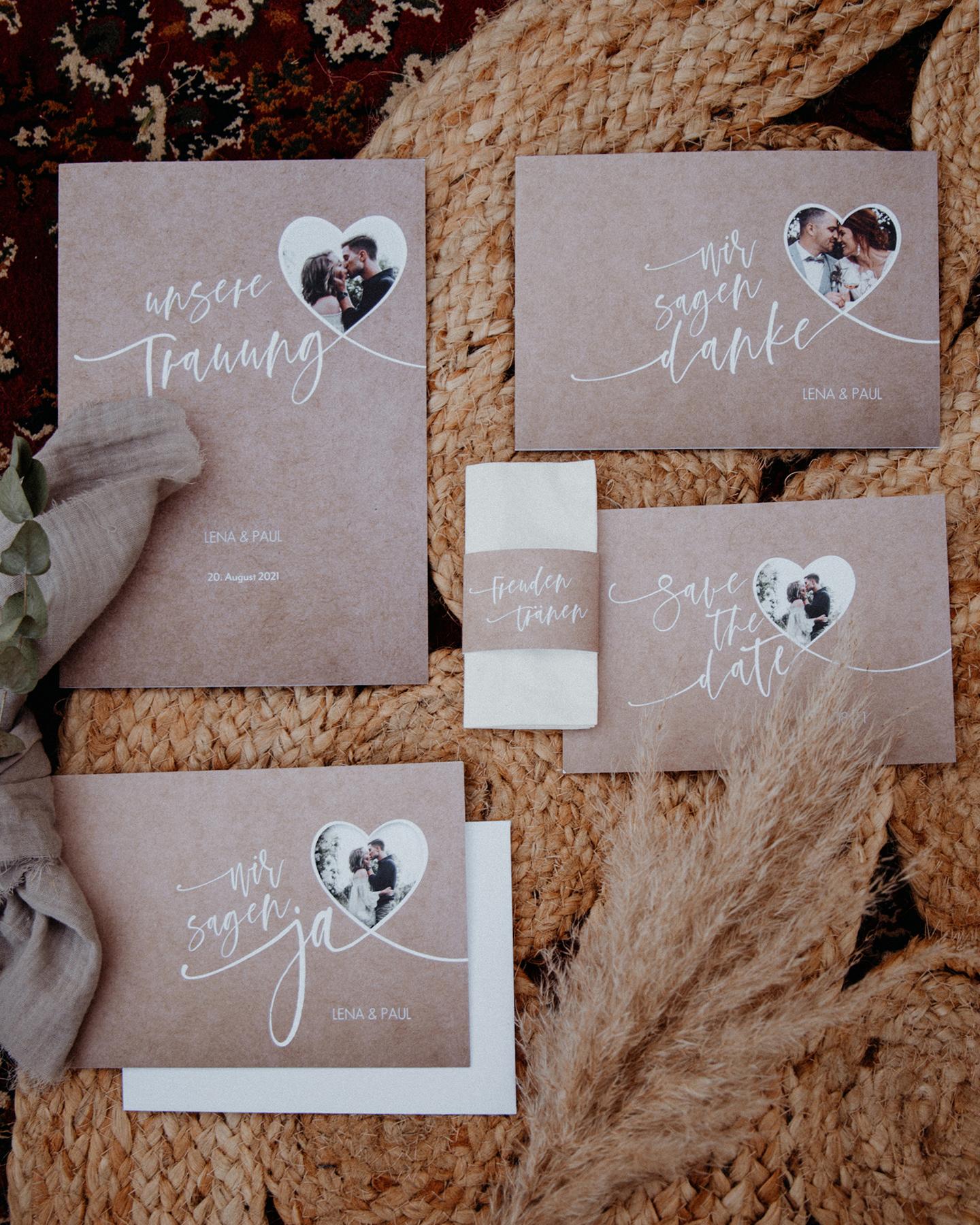 Hochzeitspapeterie im Kraftpapier-Look mit ausgestanztem Herz für Hochzeitsfoto.
