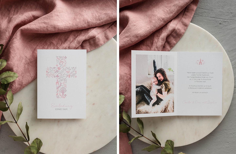 Einladungskarte zur Taufe mit rosafarbenem Kreuz. Innenseite ist personalisiert mit einem Bild des Taufkindes und seiner Mutter