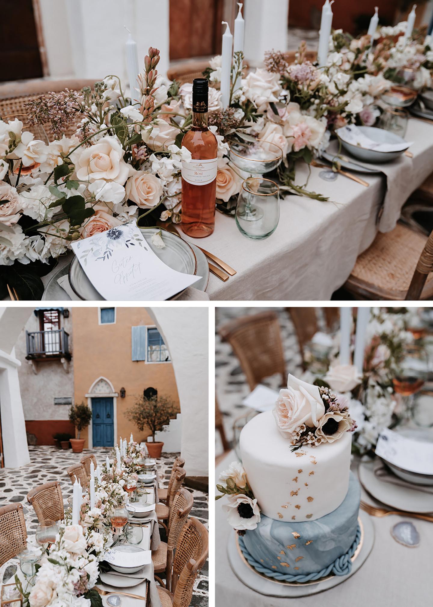 Der gedeckte Hochzeitstisch mit angerichteten Plätzen aus hellblauen Keramiktellern und Besteck in Rosegold wurde mit einem meer aus Blumen verschiedenster Art geschmückt und passt perfekt zur mediterranen Hochzeit..