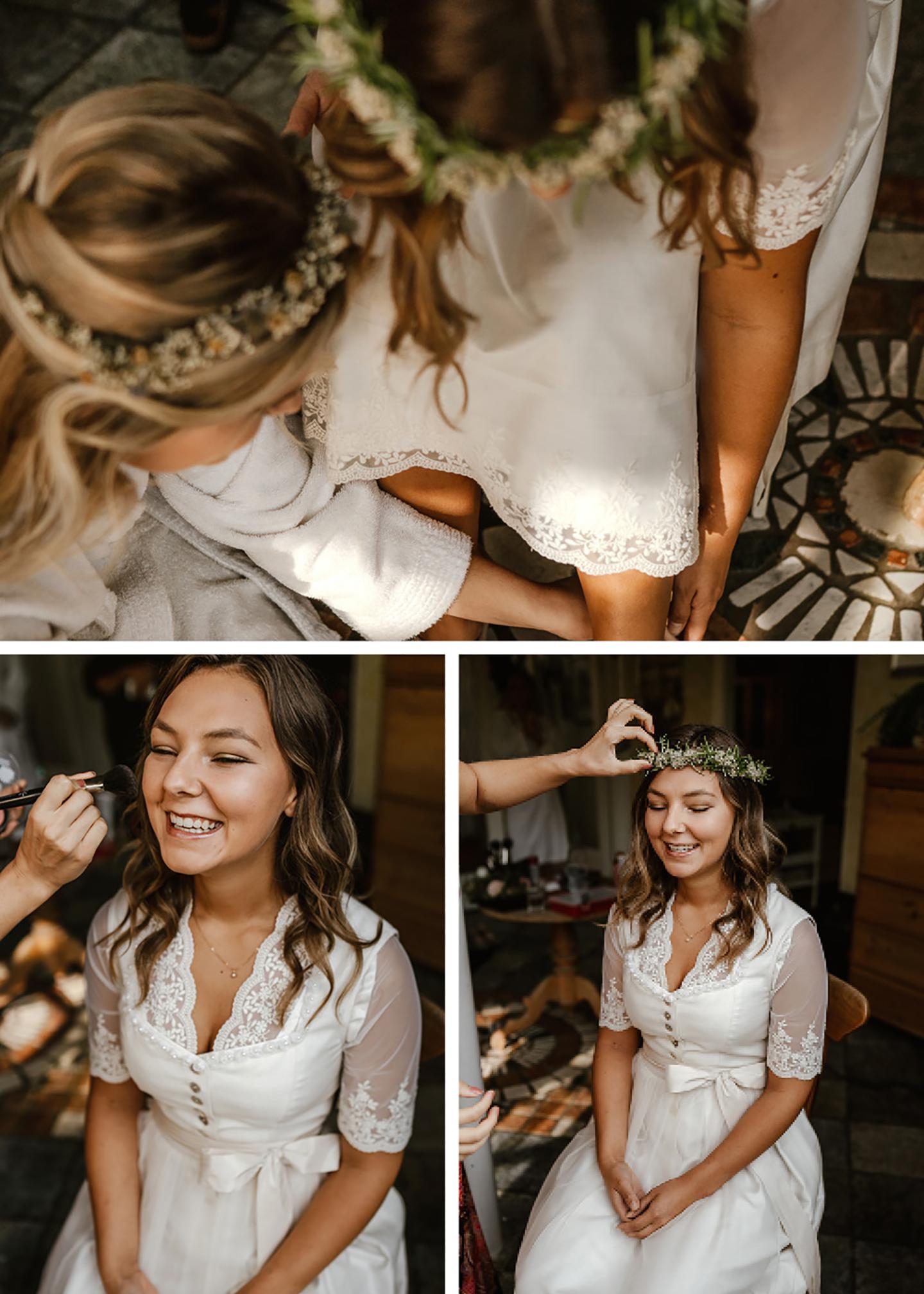 Die Braut wird geschminkt und erhält ein natürliches Makeup. Ein grüner Blumenkranz vollendet ihr Outfit.