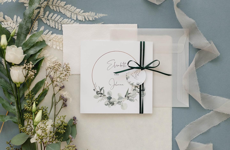 Einladungskarte zur Hochzeit in Grün und Weiß.