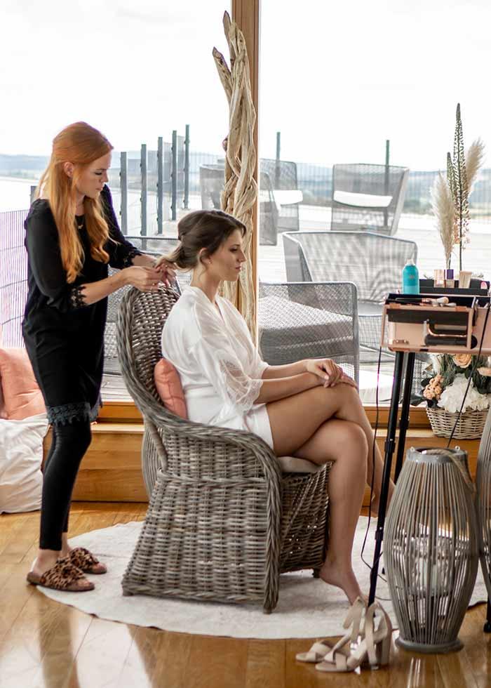 Make Up Artist bereitet die Boho Braut für ihren Hochzeitstag vor.
