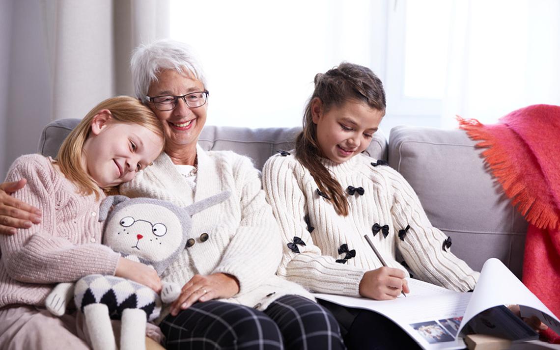 Die Familie kommt an Weihnachten gemütlich zusammen und freut sich über selbstgestaltete Fotogeschenke Ideen