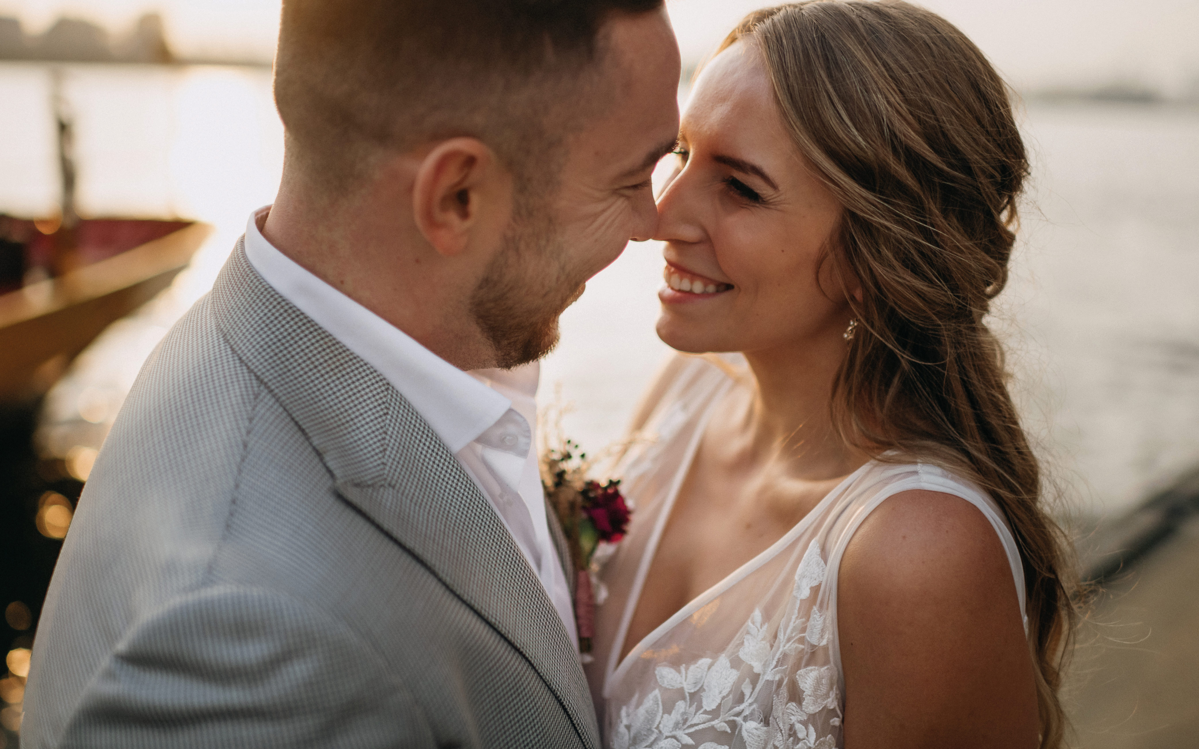 Hochzeit in der Stadt, Brautpaar an der Elbe