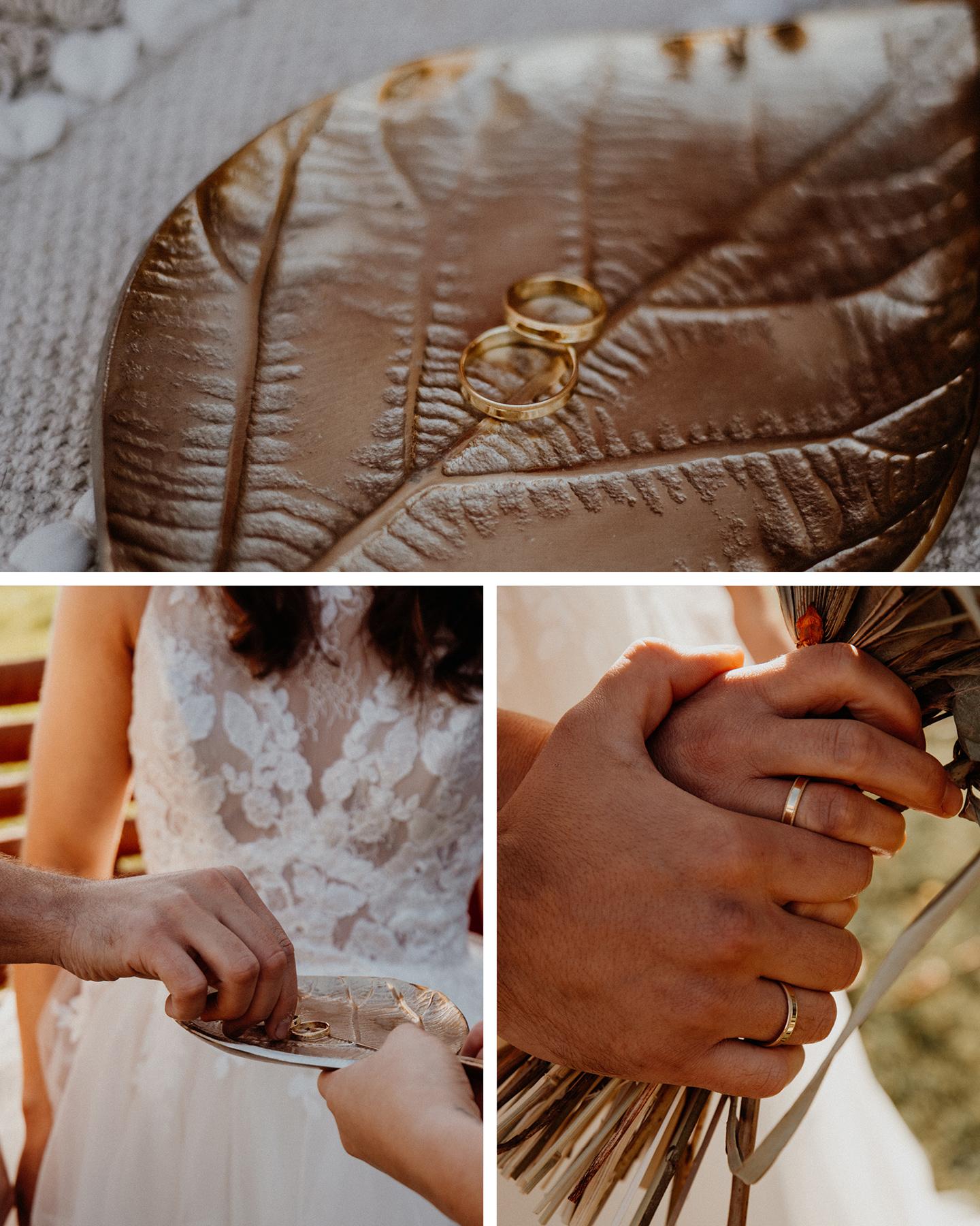 Boho Brautpaar steckt sich goldene Eheringe bei ihrer Picknick Hochzeit an.