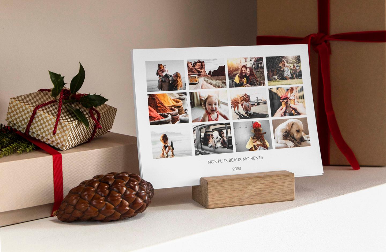 Tischkalender mit vielen Familienfotos steht auf einem Regal.