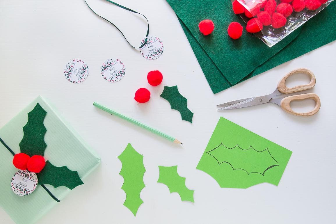 Geschenkanhänger aus Filz basteln - mit Karton als Weihnachtstischdeko.