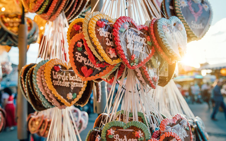 Zuckerherzen aufgehängt auf dem Oktoberfest