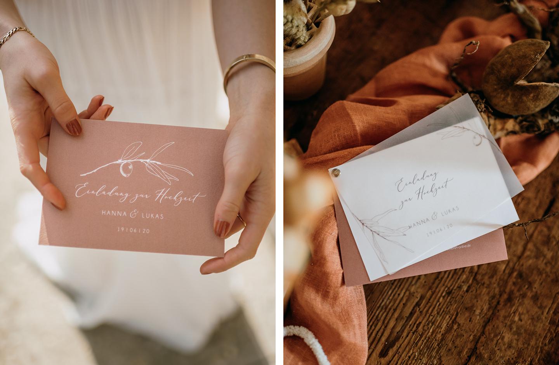 Einladung zur Hochzeit mit Transparentpapier, einem handgezeichnetebn Olivenzweig und romantischen Rost-Farbtönen.