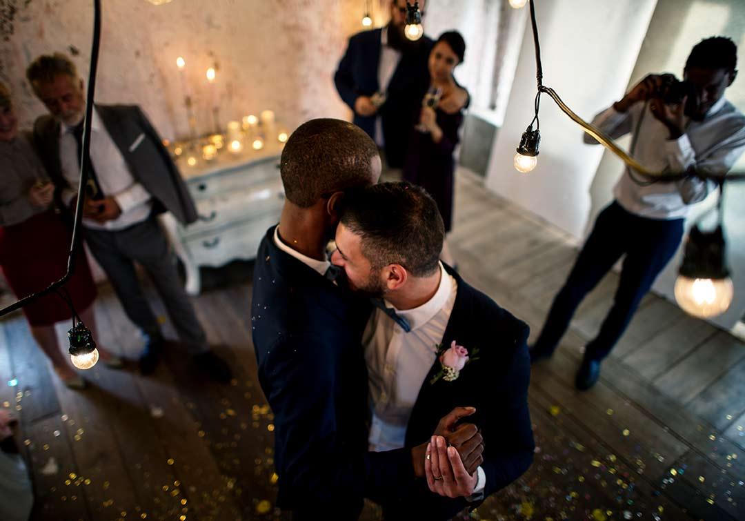 Verliebtes Brautpaar tanzt den Eröffnungstanz.