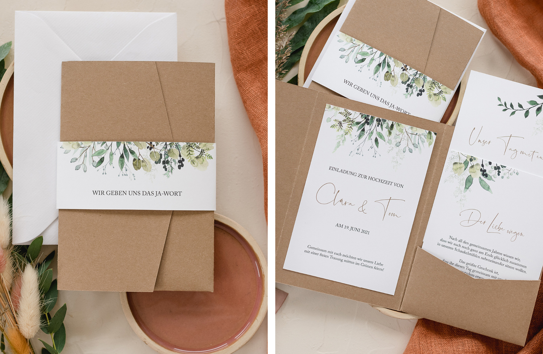 Hochzeitseinladung aus Kraftpapier im Pocketfold Format liegt dekoriert auf einem Tisch.