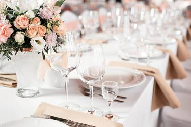 gedeckte Hochzeitstafel in zarten rosa-beige Tönen
