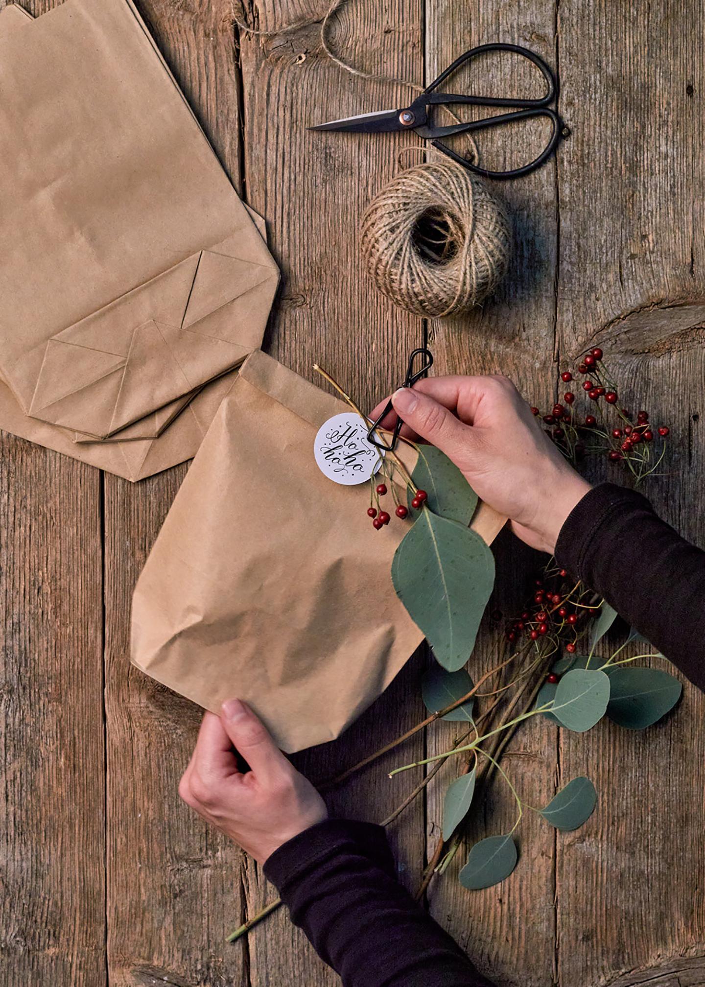 Geschenkverpackung individuell basteln: DIY für Papiertüten mit Geschenkanhängern und Deko Elementen geschmückt