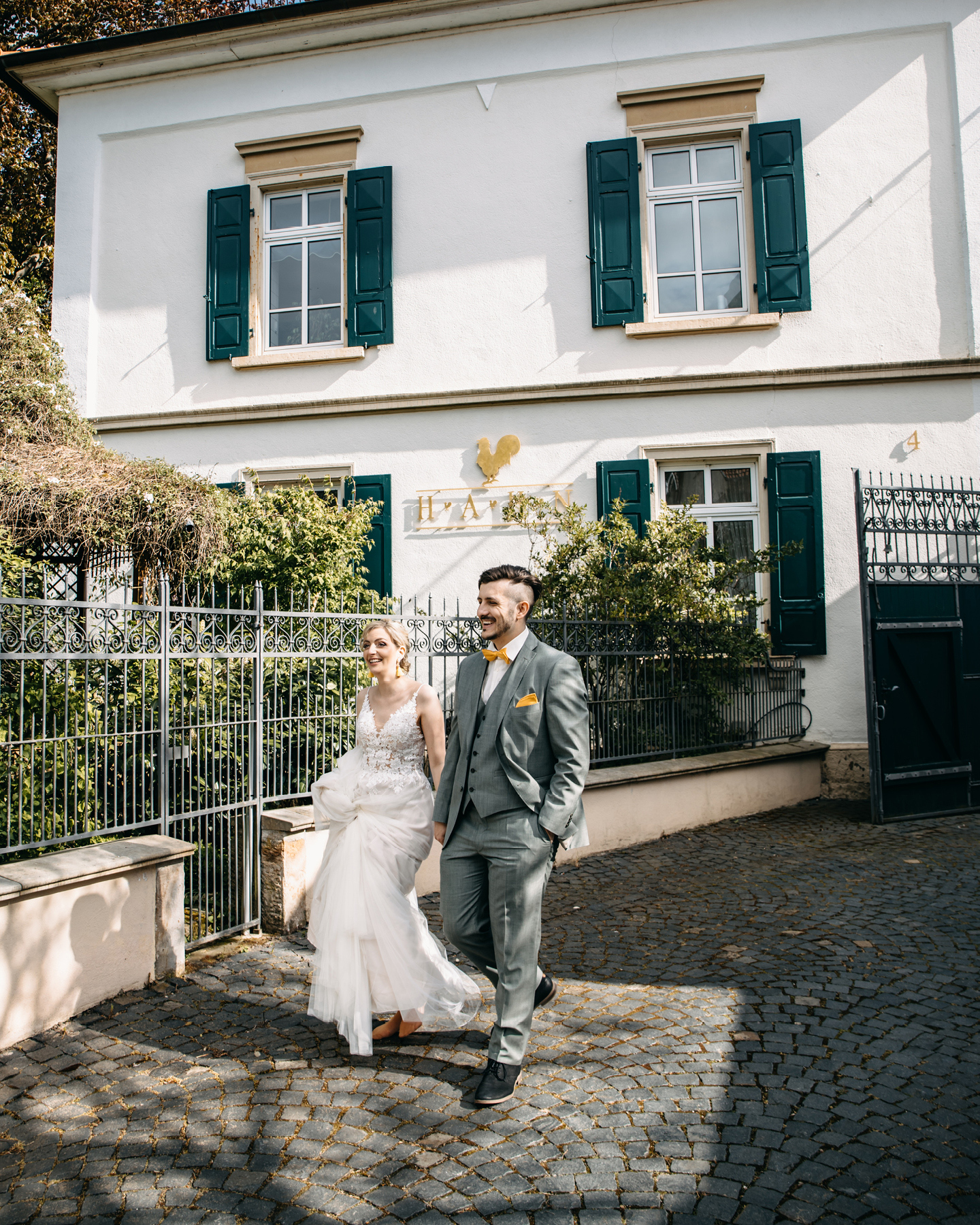 Paar läuft auf dem Weingut Hahn Hand in Hand zur freien Trauung.