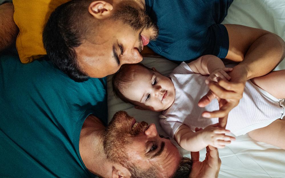 Eltern mit ihrem Baby auf dem Arm in der Küche