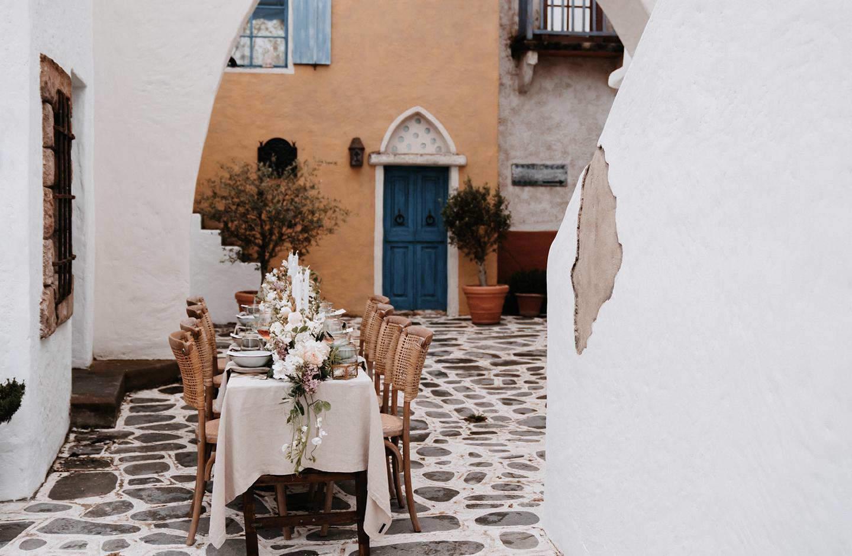 Hochzeitstisch steht in italienischer Kullise und ist im Boho Greenery Look dekoriert.